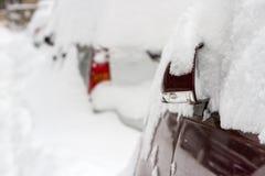 καλυμμένο αυτοκίνητο χιό&n Στοκ φωτογραφία με δικαίωμα ελεύθερης χρήσης