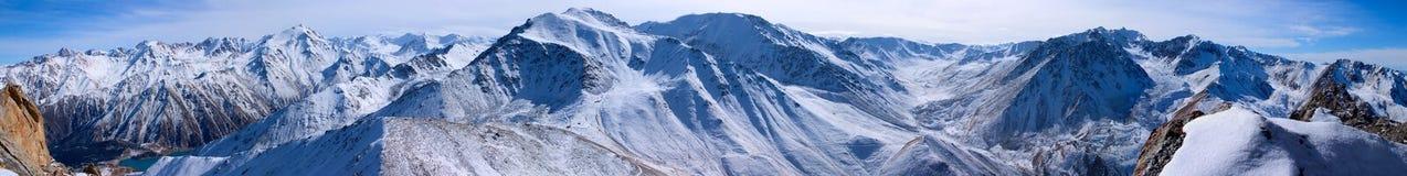 Καλυμμένο βουνά χιόνι, τραχιά βουνά Ile Alatau την ηλιακή ημέρα στοκ εικόνες