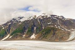 Καλυμμένο χιόνι βουνό επάνω από έναν αλπικό παγετώνα Στοκ εικόνες με δικαίωμα ελεύθερης χρήσης