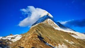 καλυμμένο χιόνι βουνών Στοκ φωτογραφία με δικαίωμα ελεύθερης χρήσης