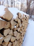 καλυμμένο χιόνι καυσόξυλου Στοκ εικόνες με δικαίωμα ελεύθερης χρήσης