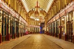 Καλυμμένο Leadenhall εσωτερικό αγοράς τη νύχτα στο Λονδίνο Στοκ Εικόνες