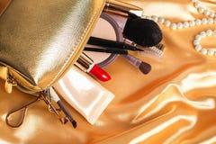 Καλλυντικά γυναικών ` s Χρυσή καλλυντική τσάντα Στοκ Εικόνες