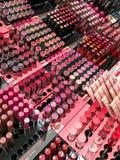 Καλλυντικά προϊόντα για την πώληση στην επίδειξη καταστημάτων ομορφιάς μόδας Στοκ φωτογραφίες με δικαίωμα ελεύθερης χρήσης