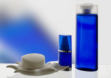 Καλλυντικά προϊόντα στους μπλε τόνους με την αντανάκλαση Στοκ Εικόνες
