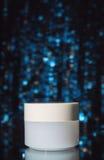 Καλλυντικά προϊόντα στο σκούρο μπλε υπόβαθρο bokeh Στοκ εικόνα με δικαίωμα ελεύθερης χρήσης