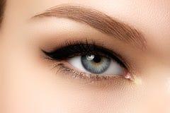 Καλλυντικά & σύνθεση Όμορφο θηλυκό μάτι με το προκλητικό μαύρο σκάφος της γραμμής Στοκ εικόνα με δικαίωμα ελεύθερης χρήσης