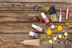 Καλλυντικά: τα ψεύτικα eyelashes, concealer, στιλβωτική ουσία καρφιών, άρωμα, χείλι σχολιάζουν, χάντρες Στοκ φωτογραφία με δικαίωμα ελεύθερης χρήσης