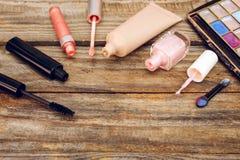 Καλλυντικά: mascara, concealer, στιλβωτική ουσία καρφιών, άρωμα, χείλι σχολιάζει και σκιά ματιών Στοκ Εικόνες