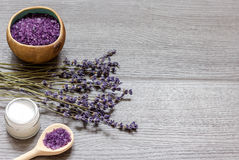 Καλλυντικές κρέμες με lavender τα λουλούδια στο μαύρο ξύλινο πίνακα Στοκ Εικόνα