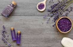 Καλλυντικές κρέμες με lavender τα λουλούδια στο μαύρο ξύλινο πίνακα Στοκ φωτογραφίες με δικαίωμα ελεύθερης χρήσης