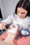 Καλλυντική διαδικασία στο σαλόνι ομορφιάς στοκ φωτογραφία