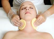 Καλλυντική διαδικασία στο σαλόνι ομορφιάς στοκ εικόνα με δικαίωμα ελεύθερης χρήσης