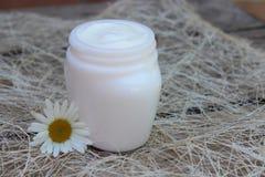 Καλλυντική κρέμα με το άσπρο camomile λουλούδι Στοκ Φωτογραφίες