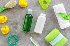 καλλυντικό λουτρών που τίθεται για τα παιδιά, την πετσέτα και τα παιχνίδια στο γκρίζο σχέδιο άποψης υποβάθρου τοπ Στοκ φωτογραφία με δικαίωμα ελεύθερης χρήσης