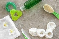 καλλυντικό λουτρών που τίθεται για τα παιδιά, τη βούρτσα πετσετών και τρίχας στο γκρίζο διάστημα άποψης υποβάθρου τοπ για το κείμ Στοκ εικόνα με δικαίωμα ελεύθερης χρήσης
