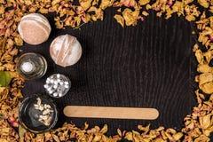 Καλλυντικό λουτρών SPA Aromatherapy με τη φυσικές μάσκα και τη βόμβα Χαλάρωση υγιεινής για το σώμα Στοκ Φωτογραφία