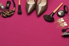 Καλλυντικό υπόβαθρο γυναικών γοητείας στο ρόδινο χρώμα Στοκ εικόνες με δικαίωμα ελεύθερης χρήσης