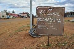 Καλωσορίστε στο σημάδι Oodnadatta στον εσωτερικό της Νότιας Αυστραλίας Στοκ Φωτογραφίες