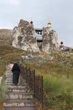 Καλόγρια, που αναρριχείται στα σκαλοπάτια στο ναό σπηλιών Στοκ φωτογραφία με δικαίωμα ελεύθερης χρήσης