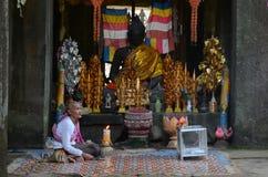 Καλόγρια που επιδιώκει τις ελεημοσύνες στο ναό Banteay Kdei Στοκ Εικόνα