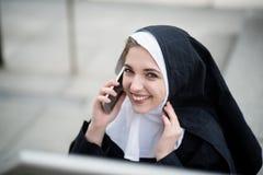 Καλόγρια που καλεί το τηλέφωνο Στοκ Εικόνες