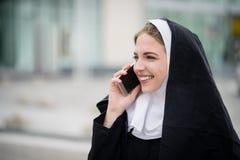 Καλόγρια στο τηλέφωνο στην οδό Στοκ εικόνες με δικαίωμα ελεύθερης χρήσης