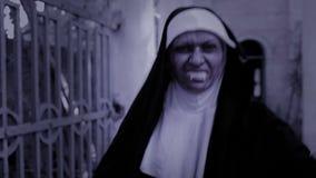 Καλόγρια Zombie διαβολική γυναίκα στο κοστούμι καλογριών που περπατά γύρω από το ναό αποκριές απόθεμα βίντεο
