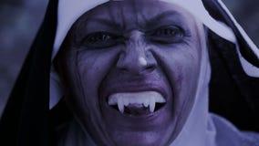 Καλόγρια Zombie διαβολική γυναίκα στο κοστούμι καλογριών που περπατά γύρω από το ναό αποκριές φιλμ μικρού μήκους