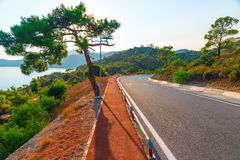 Καλός δρόμος ασφάλτου στα βουνά Στοκ Φωτογραφίες
