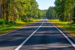 Καλός δρόμος ασφάλτου στην επαρχία στοκ φωτογραφία με δικαίωμα ελεύθερης χρήσης