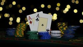 Καλός συνδυασμός καρτών, ένα ζευγάρι των άσσων, παιχνίδι πόκερ στον πίνακα gamblimg κλείστε επάνω απόθεμα βίντεο