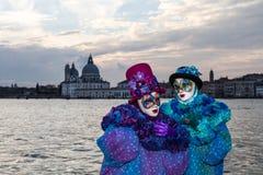 Καλό έγχρωμο ζεύγος στο ηλιοβασίλεμα κατά τη διάρκεια της Βενετίας καρναβάλι Στοκ εικόνα με δικαίωμα ελεύθερης χρήσης