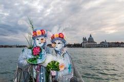 Καλό έγχρωμο ζεύγος στο ηλιοβασίλεμα κατά τη διάρκεια της Βενετίας καρναβάλι Στοκ Φωτογραφίες