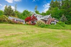 Καλό αμερικανικό σπίτι με τα μέρη της χλόης Στοκ Εικόνες