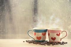 Καλό γυαλί δύο με το φασόλι καφέ στο βροχερό παράθυρο ημέρας Στοκ εικόνα με δικαίωμα ελεύθερης χρήσης