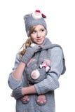 Καλό εύθυμο έφηβη που φορά το συγκεχυμένα πουλόβερ, το μαντίλι, τα γάντια και το καπέλο που απομονώνονται στο άσπρο υπόβαθρο Χειμ Στοκ φωτογραφίες με δικαίωμα ελεύθερης χρήσης