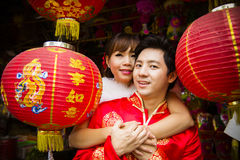Καλό ζεύγος με το κόκκινο κινεζικό φανάρι εγγράφου σε κινεζικό suit3 Στοκ Εικόνες