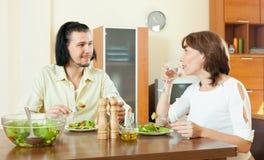 Καλό ζεύγος που έχει το γεύμα με τα λαχανικά στο σπίτι Στοκ φωτογραφίες με δικαίωμα ελεύθερης χρήσης