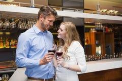 Καλό ζεύγος που απολαμβάνει το κόκκινο κρασί Στοκ Εικόνες