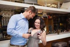 Καλό ζεύγος που απολαμβάνει το κόκκινο κρασί Στοκ Φωτογραφίες