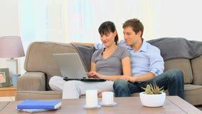 Καλό ζεύγος που χρησιμοποιεί ένα lap-top φιλμ μικρού μήκους