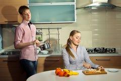 Καλό ζεύγος στην κουζίνα στοκ φωτογραφίες με δικαίωμα ελεύθερης χρήσης