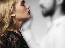 Καλό ζεύγος στην τρυφερότητα Όμορφη συνεδρίαση των γυναικών με το πνεύμα του άνδρα κορίτσι και αγόρι ομορφιάς από κοινού Στοκ Εικόνες