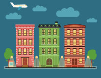 Καλό ζωηρόχρωμο στο κέντρο της πόλης τοπίο πόλεων με διάφορα townhouses, Στοκ Φωτογραφίες