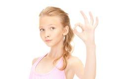 Καλό κορίτσι που παρουσιάζει εντάξει σημάδι στοκ φωτογραφία με δικαίωμα ελεύθερης χρήσης