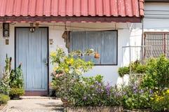 Καλό μέτωπο σπιτιών με το κλειστά παράθυρο και τα λουλούδια, λίγα maisonette και εξοχικό σπίτι Στοκ φωτογραφίες με δικαίωμα ελεύθερης χρήσης