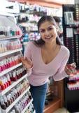 Καλό νέο κορίτσι που επιλέγει τη στιλβωτική ουσία καρφιών στοκ φωτογραφία με δικαίωμα ελεύθερης χρήσης