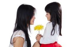 Καλό λουλούδι κοριτσιών και mom εκμετάλλευσης Στοκ Φωτογραφία