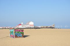 Καλύβα μίσθωσης Deckchair στην παραλία στο Γκρέιτ Γιάρμουθ με την αποβάθρα ευχαρίστησης στο υπόβαθρο Στοκ φωτογραφίες με δικαίωμα ελεύθερης χρήσης
